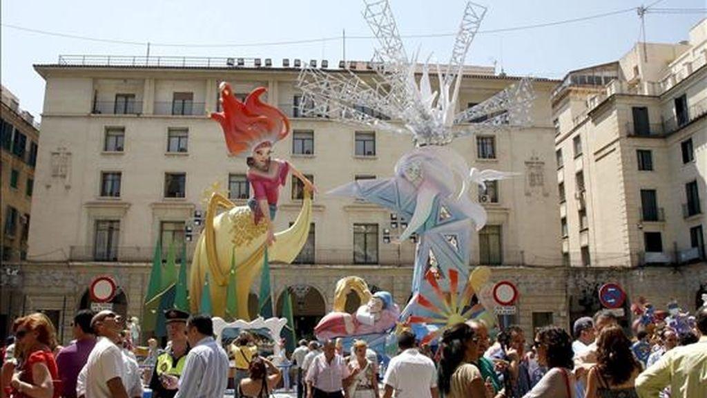 Monumentos de cartón y madera -infantiles y adultos- que adronarán esta medianoche la ciudad de Alicante en el inicio de las fiestas de las Hogueras de San Juan 2009, que este año celebran su octogésimo primer aniversario. EFE
