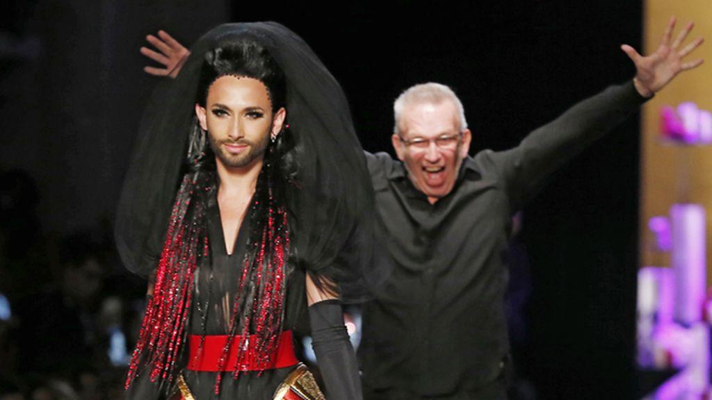 Jean Paul Gaultier sube a la pasarela de París a Conchita Wurst