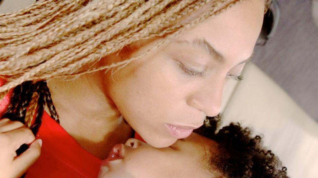 Beyoncé luce nuevo look con su hija  Ivy Blue en brazos