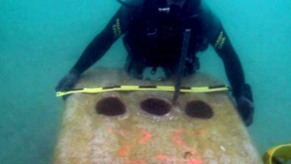 La Guardia Civil verifica los bloques de hormigón vertidos por Gibraltar en aguas de la bahía
