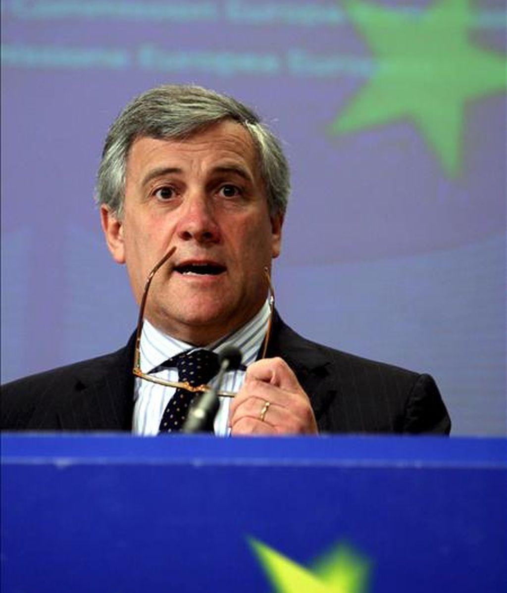 El comisario europeo de Transportes, Antonio Tajani, durante la rueda de prensa celebrada hoy en Bruselas, Bélgica, para presentar los datos sobre accidentes de tráfico en la UE durante 2008. EFE