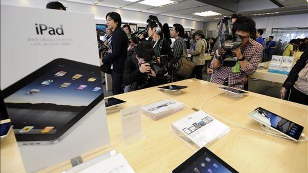 """Reporteros recorren una tienda que exhibe el nuevo iPad, el pasado 28 de mayo. El consejero delegado de la compañía, Steve Jobs, destacó que el iPad protagonizó un """"tremendo"""" debut y que hay """"más clientes comprando Macs que nunca antes"""". EFE/Archivo"""