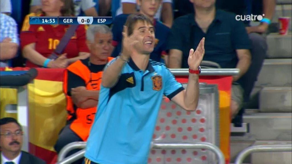 Julen Lopetegui da instrucciones a sus jugadores.