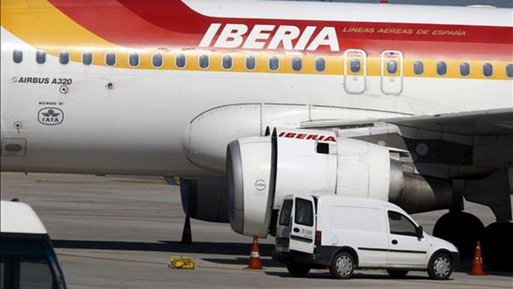En la imagen, un avión de Iberia. Hoy un avión de esta copañía tuvo que regresar a Madrid por problemas en el sistema de navegación del aparato. EFE/Archivo