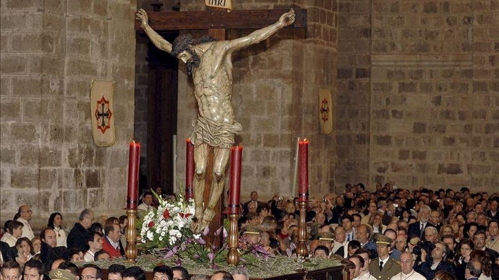 El Cristo de las Mercedes entra en la Catedral de Valladolid debido a la amenaza de lluvia que ha hecho que la tradicional procesión con los siete pasos correspondientes a las Siete Palabras, que cada año llegan hasta la plaza Mayor de Valladolid, se haya suspendido y el acto central de este oficio religioso se haya trasladado a la catedral. EFE