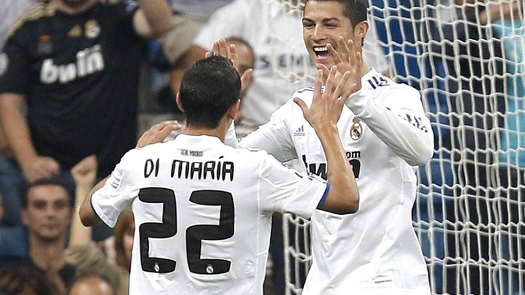 Ronaldo celebra el gol marcado de penalti, junto con su compañero Di Maria. Foto: EFE