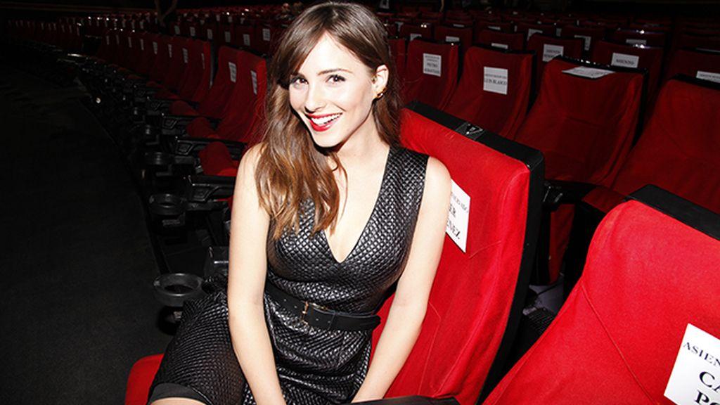 Andrea Duro, una espectadora con mucho glamour. Su vestido es de Bcbg.