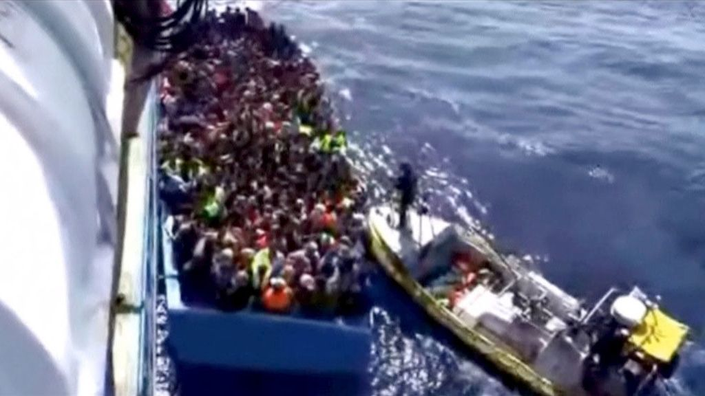 Hallados los cadáveres de 50 personas en un barco con 400 refugiados cerca de Libia