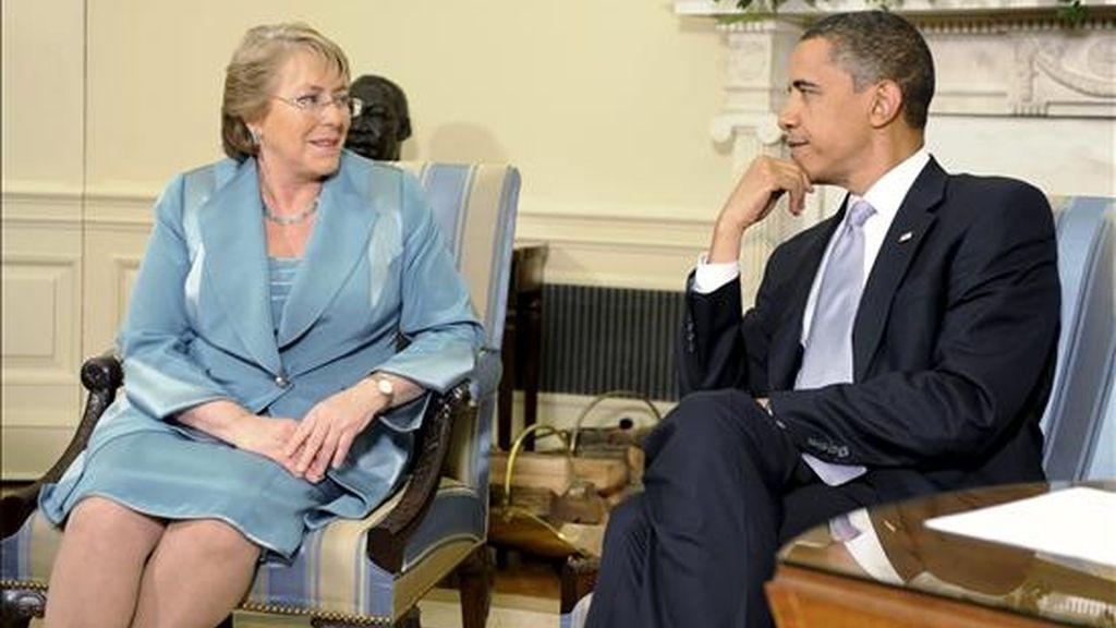 Imagen de este martes de la presidenta de Chile, Michelle Bachelet (i), durante una reunión con su homólogo estadounidense, Barack Obama. EFE