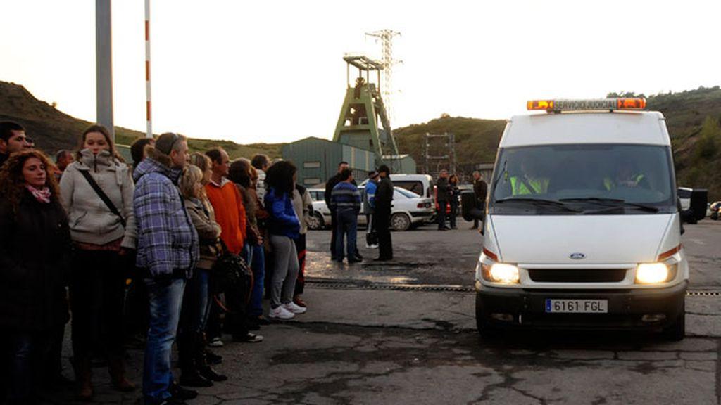 Familiares y amigos de los mineros muertos en Pola de Gordón, desolados