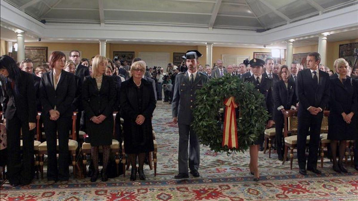 El presidente del Gobierno, José Luis Rodríguez Zapatero, junto a familiares de los miembros de las Fuerzas de Seguridad muertos en acto de servicio durante el año 2010, durante el homenaje que se les tributó hoy en el Palacio de la Moncloa. EFE