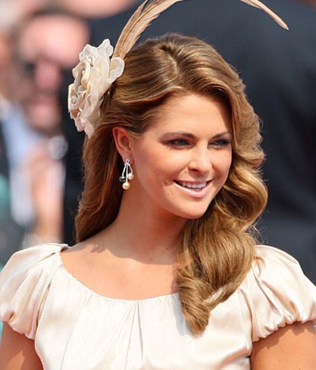 Magdalena de Suecia se puso una flor y una larga pluma