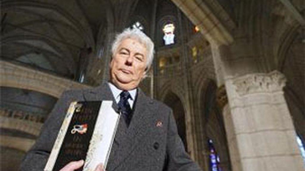 Ken Follet durante la presentación del libro en la catedral de Vitoria. FOTO: EFE