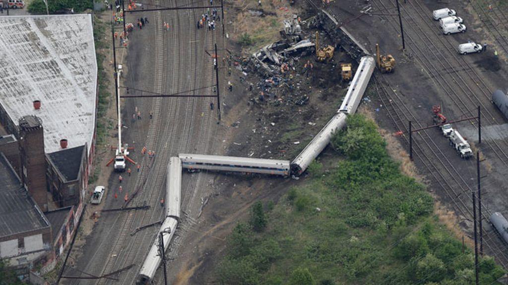 Restos de los vagones de tren tras el accidente de filadelfia