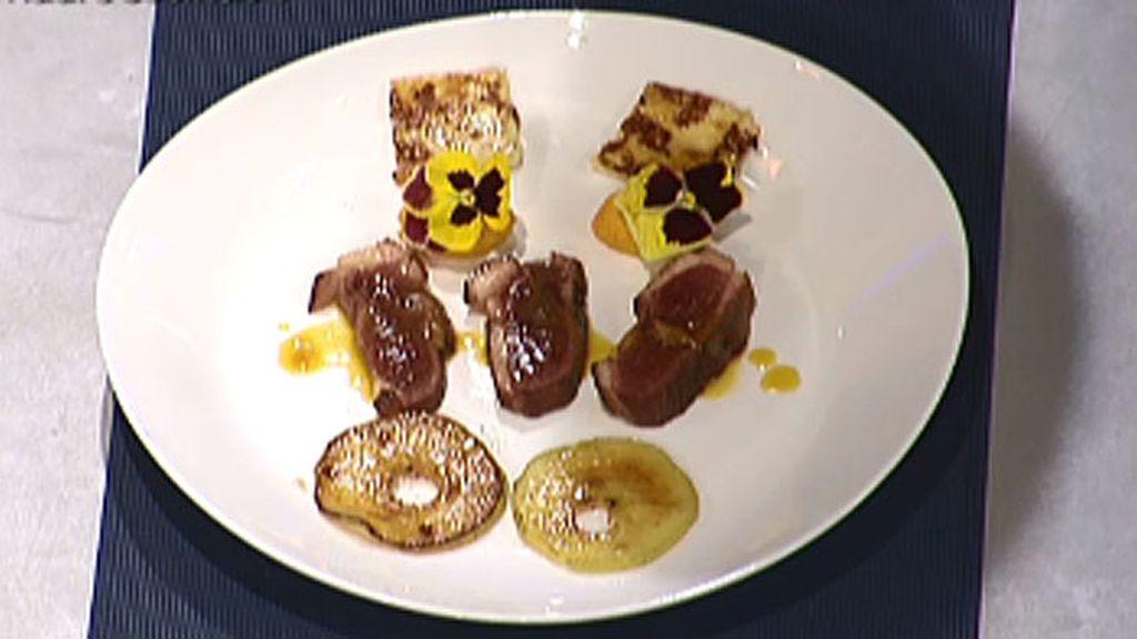 Magret de pato a la naranja con manzana caramelizada y puré de zanahoria
