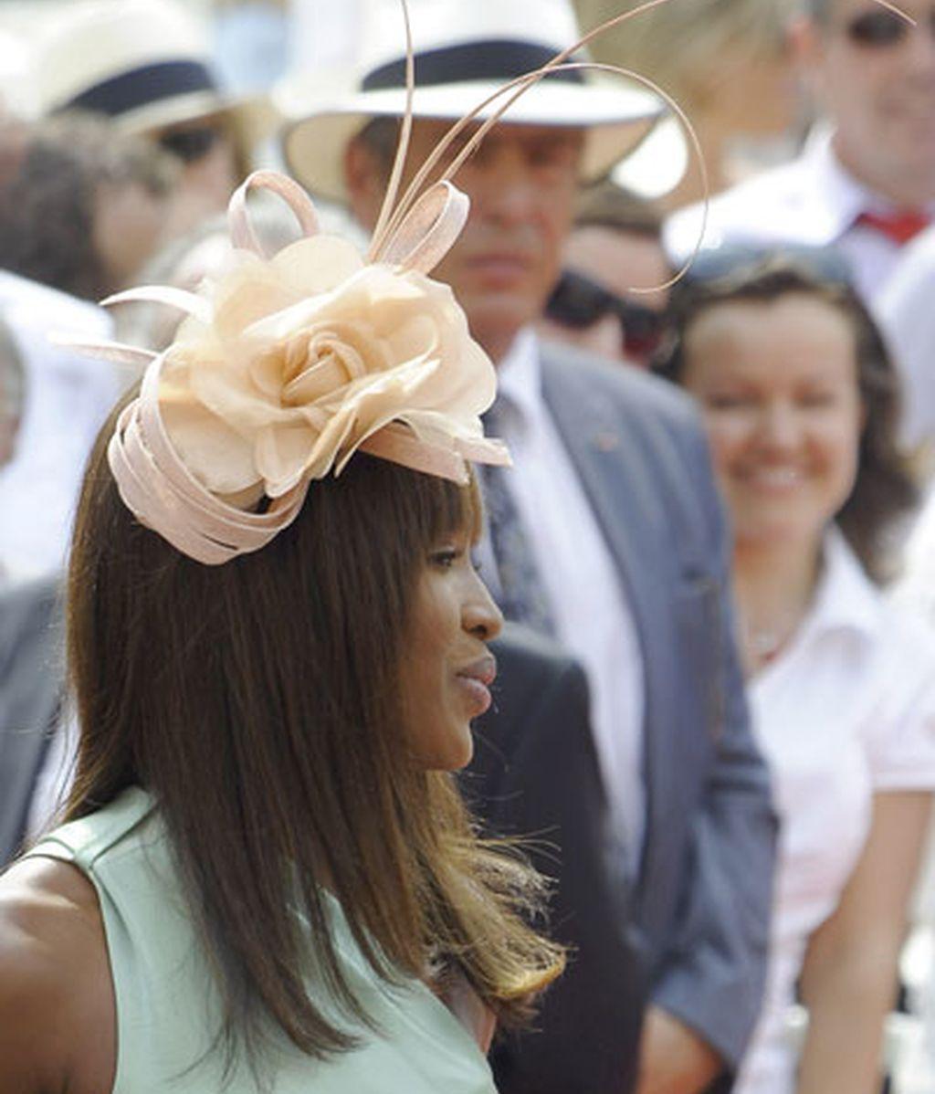 La modelo Naomi Campbell, con una gran flor en el pelo