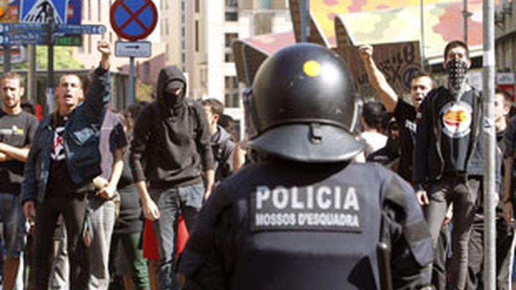 Miembros del cuerpo de antidisturbios de los Mossos han blindado la entrada a la plaza de Sant Jaume de Barcelona. Foto: EFE.