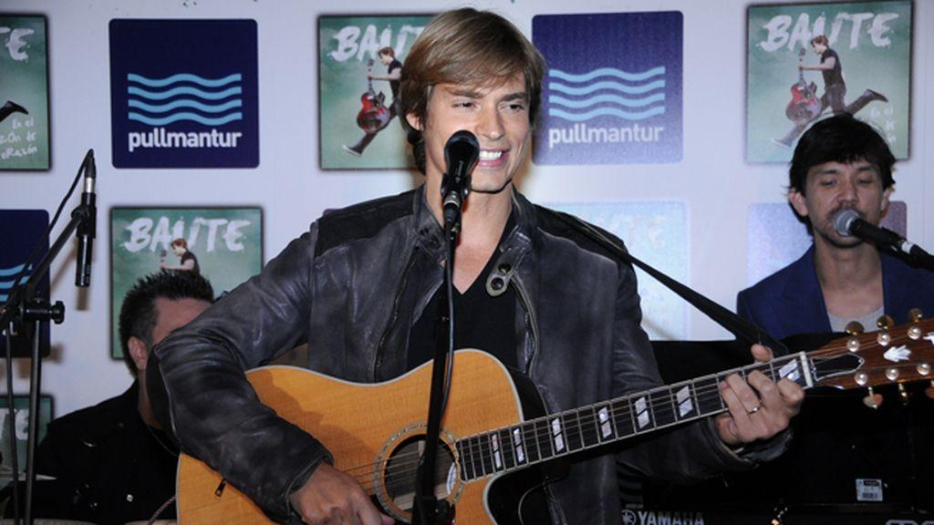 """Carlos Baute interpretó las canciones de su nuevo disco """"En el buzón de tu corazón"""""""