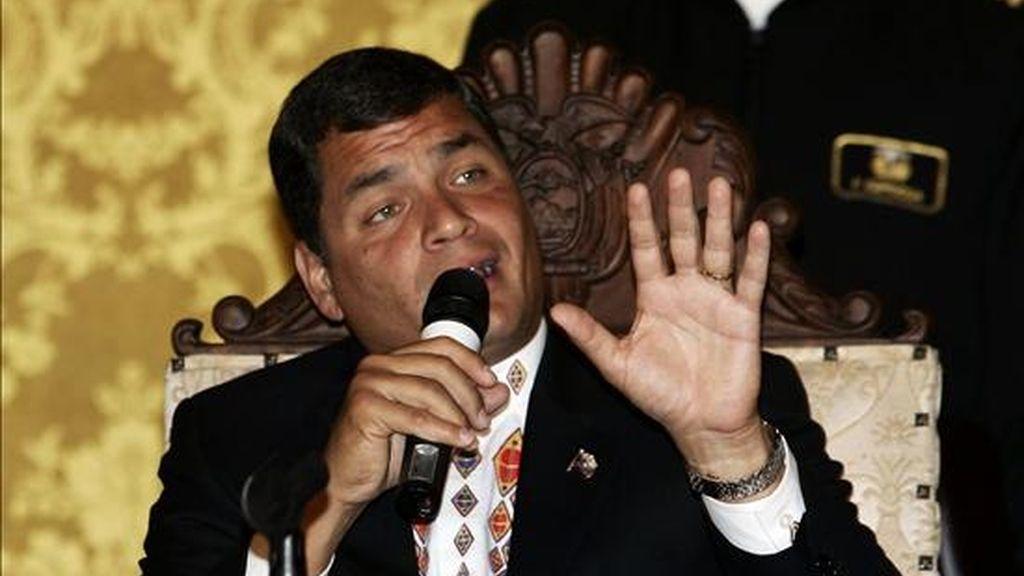 La encuesta se difundió hoy, a un día para que termine el periodo oficial para la presentación de sondeos electorales; es decir, veinte días antes de las votaciones. En la foto el presidente ecuatoriano, Rafael Correa. EFE/Archivo