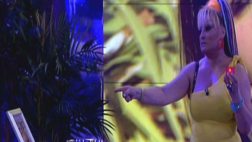 Aramís Fuster simula un exorcismo