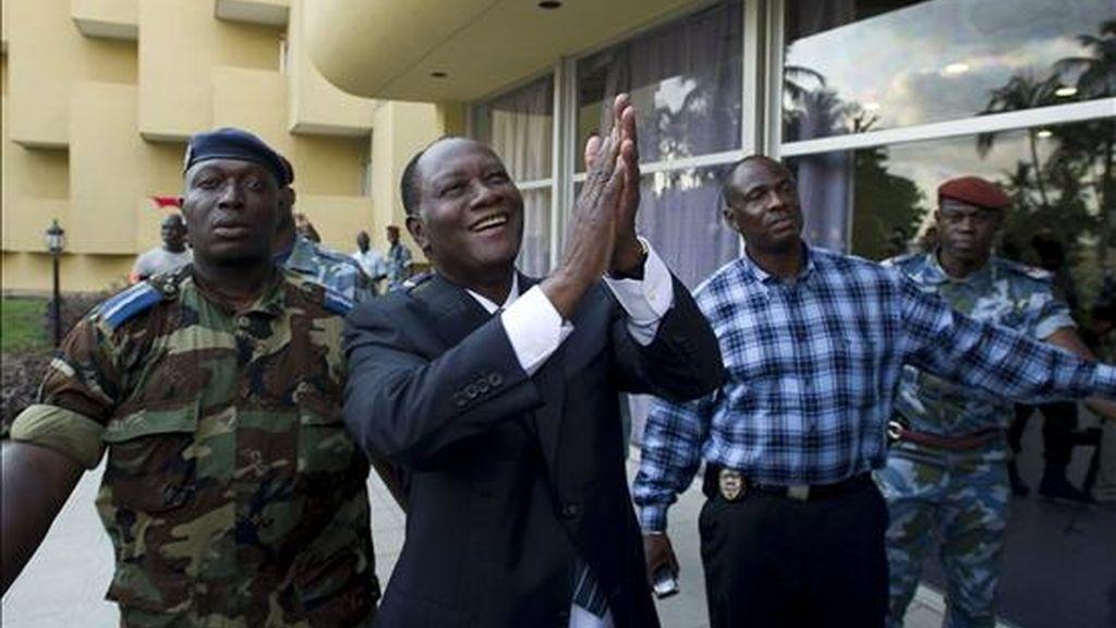 El candidato presidencial y ex primer ministro marfileño Alassane Dramane Ouattara (c) saluda a sus seguidores en un hotel en Abiyan (Costa de Marfil) después de que la comisión electoral anunciara su victoria en las elecciones presidenciales. EFE
