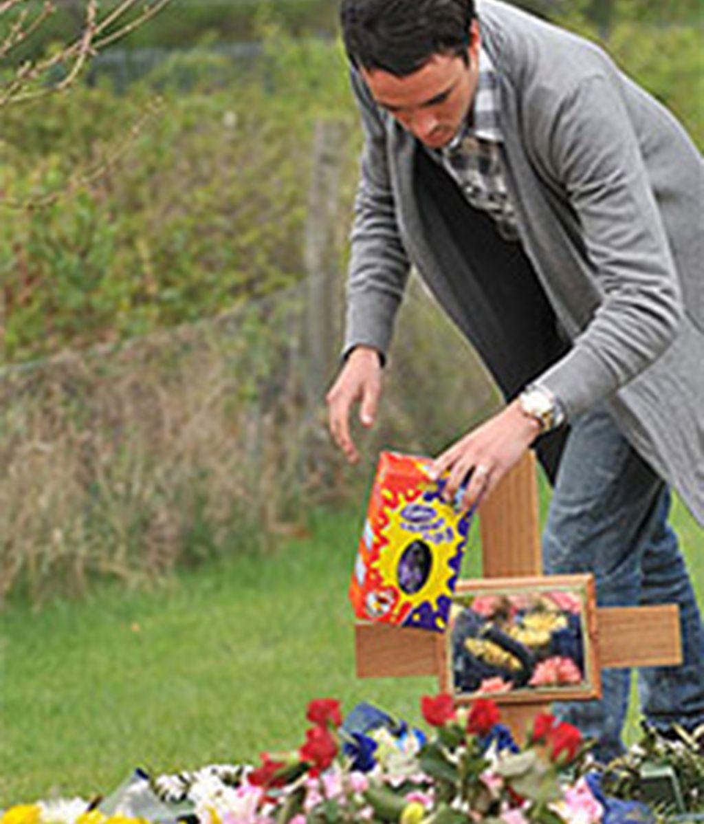 Jack en el momento de hacerle un presente a su difunta esposa. Foto: The Sun.