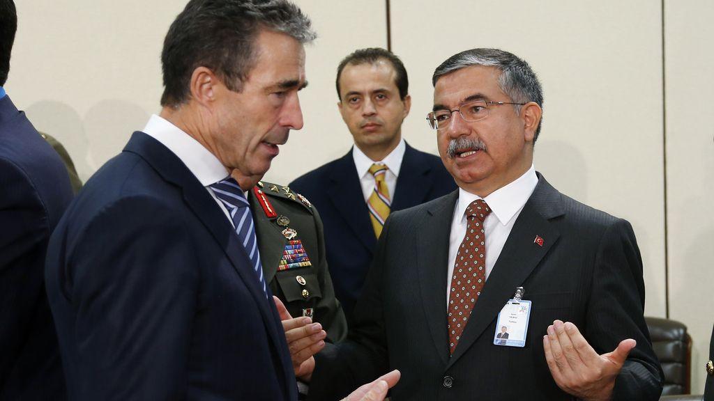 Anders Fogh Rasmussen,secretario general de la OTAN conversa con Ismet Yilmaz, ministro de Defensa de Turquía