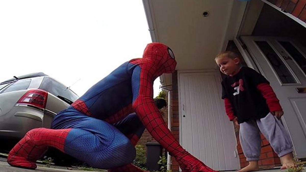 Mike Wilson sorprende a su hijo disfrazándose de Spiderman