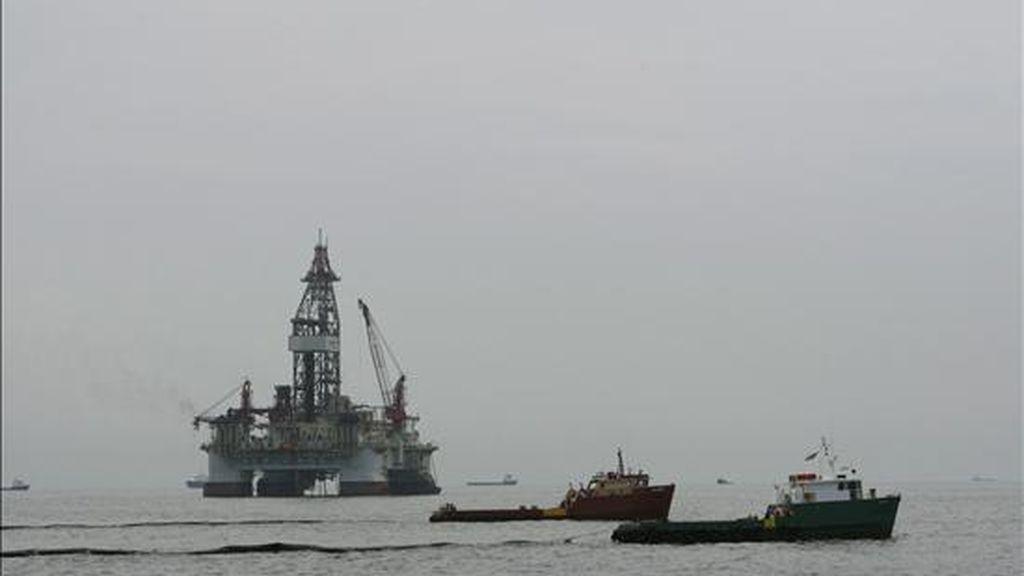El uso por parte de la petrolera de sustancias químicas tóxicas para separar y diseminar el crudo en la superficie de las aguas no es una novedad pues ya en mayo los medios de comunicación denunciaron esa práctica. EFE/Archivo