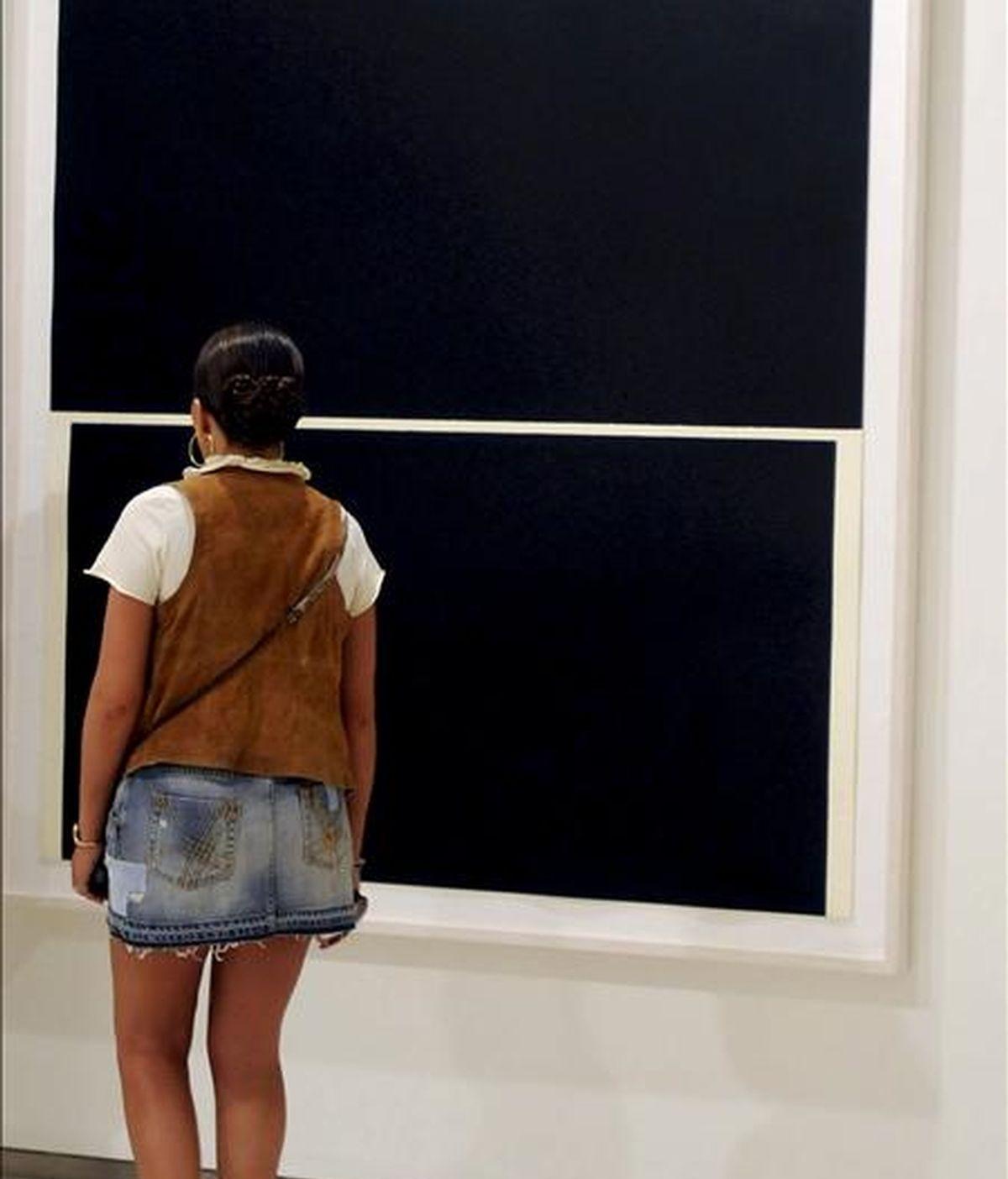 """Una joven observa una de las obras del escultor Richard Serra durante la inauguración de la exposición """"Peso y materia"""", en la que el artista estadounidense exhibe su particular visión sobre el peso y la materia, hoy en la Fundación Cerezales del Condado (León). EFE"""