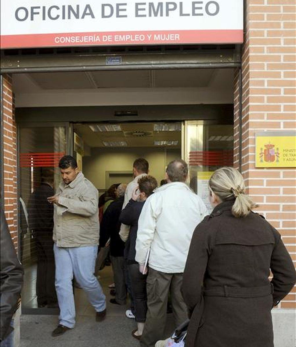 Desempleados hacen cola frente a una oficina de empleo hoy en Alcalá de Henares (Madrid). Las empresas deben valorar más la capacidad que la nacionalidad al contratar, según el 60% de los españoles. EFE