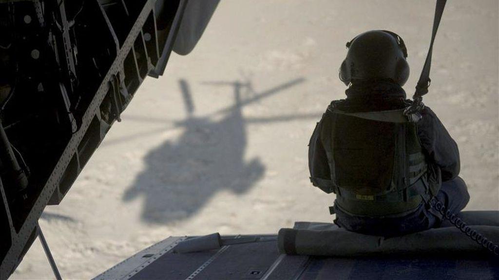 En la imagen, un soldado de la Fuerza Internacional de Asistencia a la Seguridad (ISAF) en un helicóptero en Mazar-i-Sharif, Afganistán. EFE/Archivo