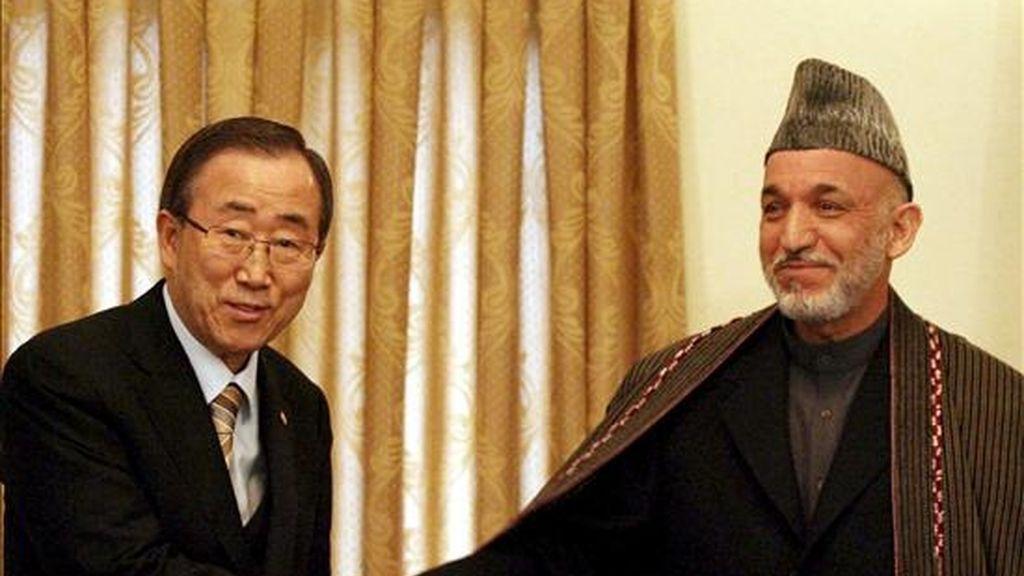 El secretario general de Naciones Unidas, Ban Ki-moon (i), estrecha la mano del presidente afgano, Hamid Karzai (d), durante una rueda de prensa mantenida en Kabul (Afganistán), el 4 de febrero. Ban Ki-moon llegó por sorpresa a Afganistán esta misma mañana, un día después de que el organismo pidiera 603 millones de dólares a los donantes internacionales para facilitar ayuda humanitaria para el país. EFE