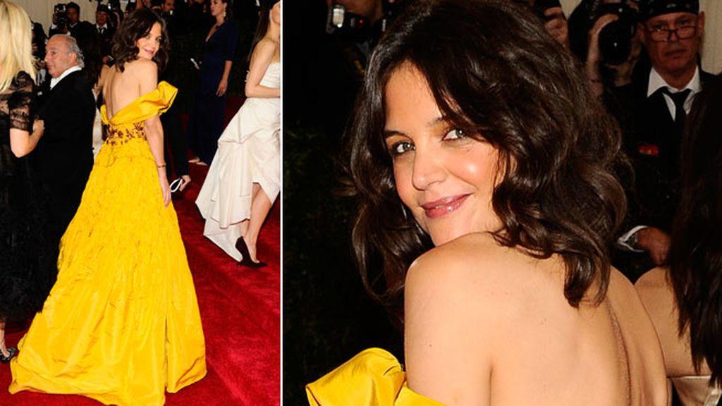 Katie Holmes se atrevió con el amarillo con un Marchesca
