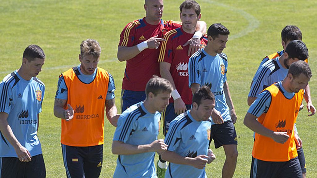 Pepe Reina habla con Casillas durante el entrenamiento