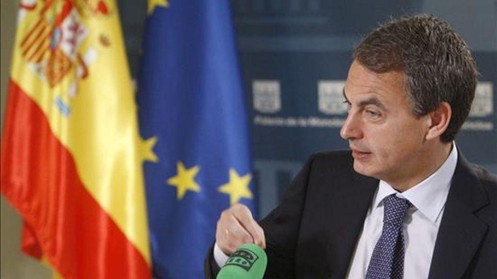 El presidente del Gobierno, José Luis Rodríguez Zapatero, durante la entrevista que le ha realizado hoy Carlos Herrera, presentador del programa 'Herrera en la Onda' de Onda Cero, en el Palacio de la Moncloa. EFE