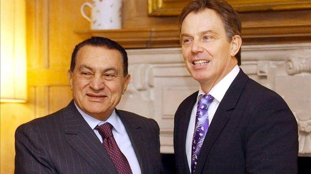Foto fechada el 7 de marzo de 2007 que muestra a los entonces presidente egipcio, Hosni Mubarak (i), y primer ministro británico, Tony Blair, durante un encuentro en la residencia de Chequers, en Inglaterra. EFE