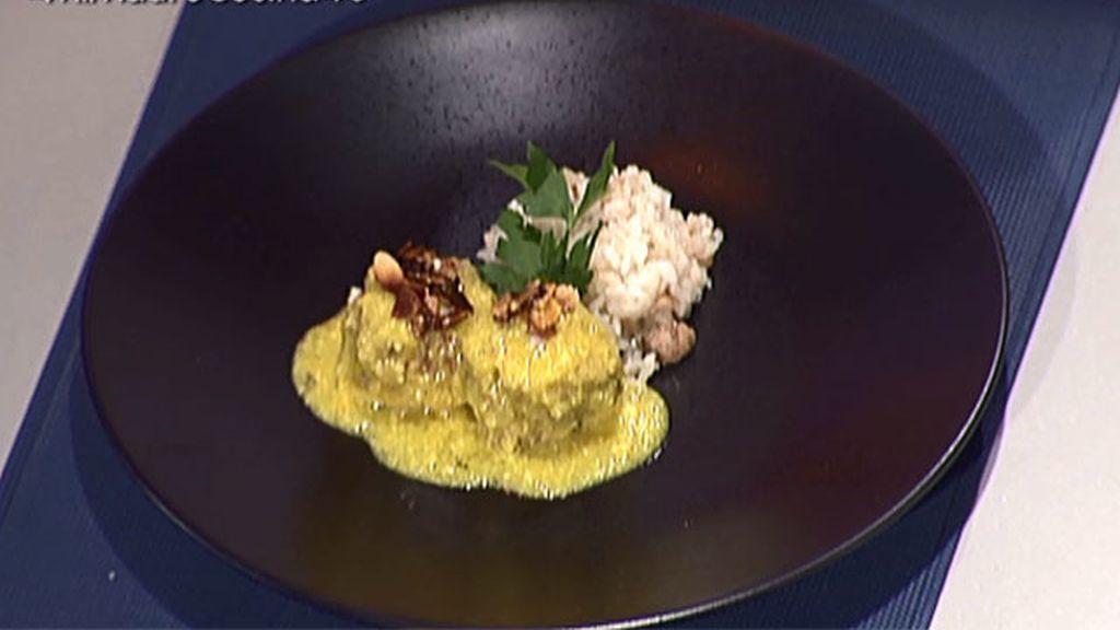 Albóndigas en salsa de almendras con salteado de arroz y champiñones