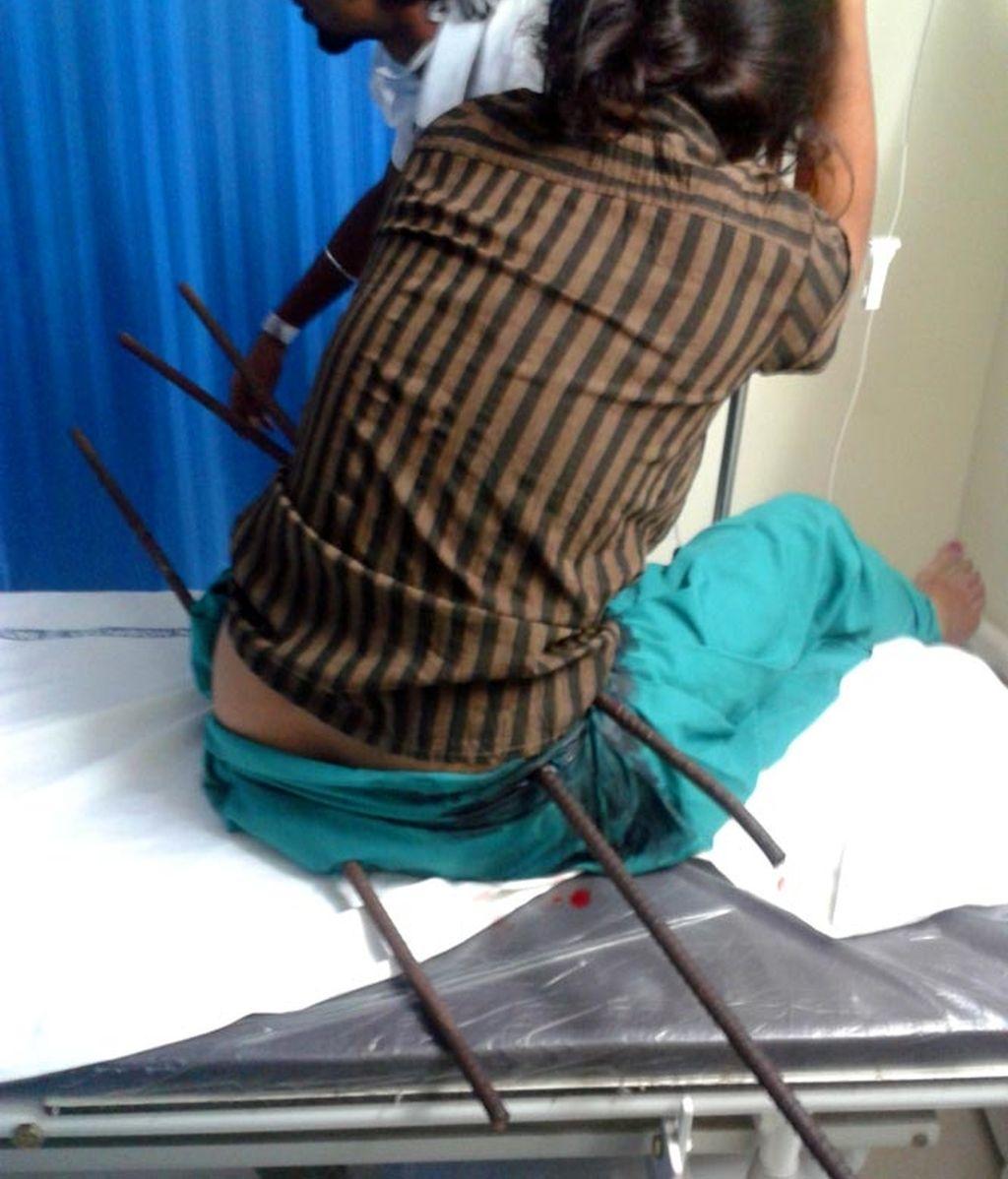 accidente en India,joven india,cae desde el tejado,barras metálicas,hierros encajados