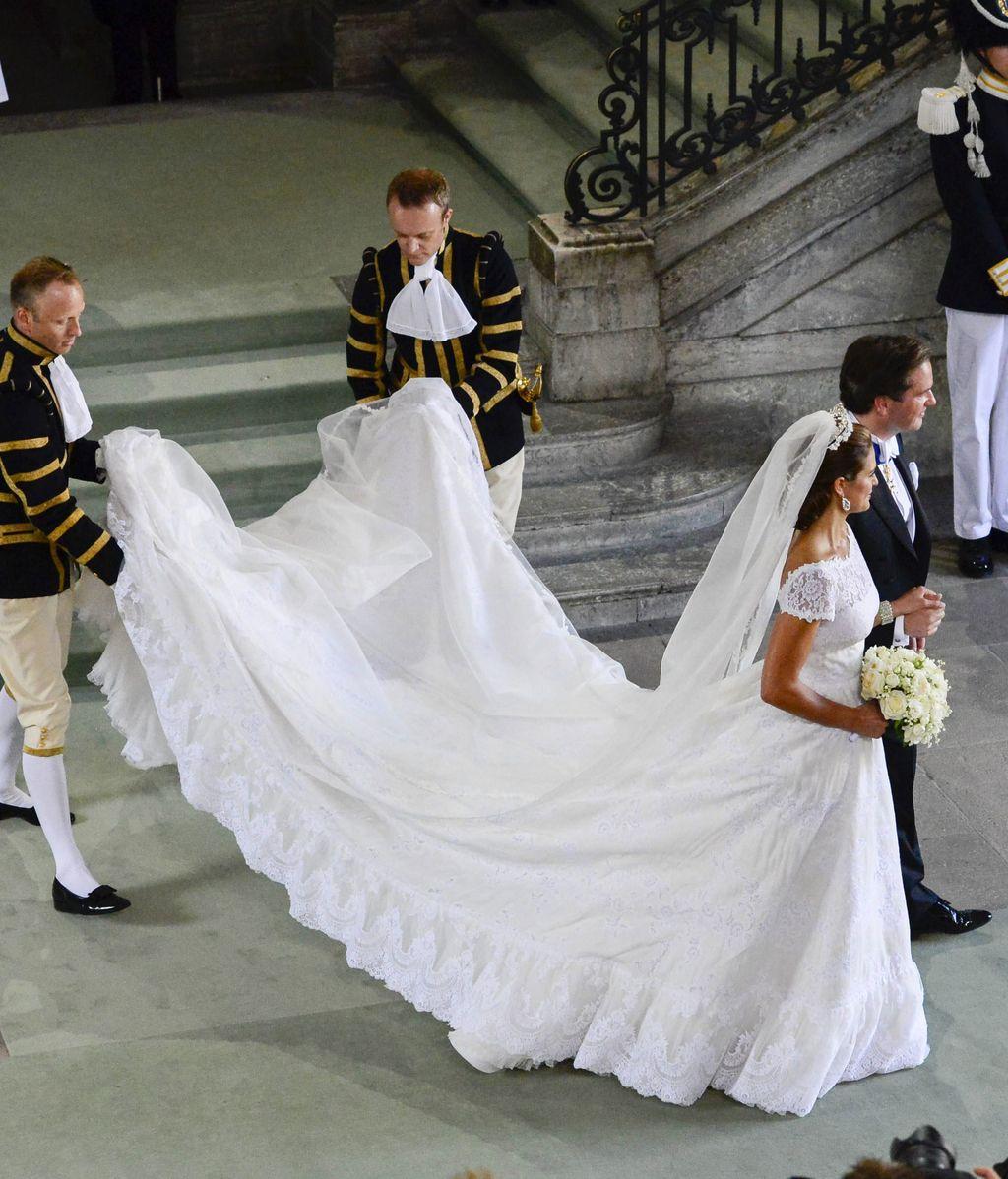 Blanca y radiante va Magdalena de Suecia