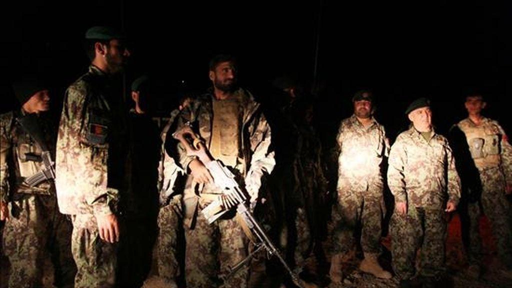 Soldados afganos se preparan hoy, martes 12 de octubre de 2010, para conducir la operación de hallazgo de un avión de carga que se encuentra desaparecido a las afueras de Kabul (Afganistán). Se teme que los ocho tripulantes de la aeronave, que transportaba suministros para las fuerzas de la OTAN en Afganistán, haya fallecido en el accidente. EFE