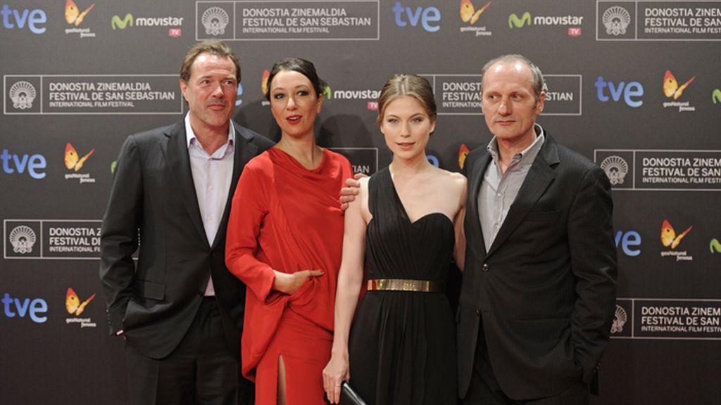 El director y los actores de 'Octubre, Noviembre' en la alfombra roja de San Sebastián
