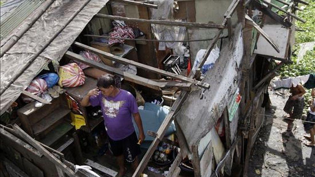 """Una víctima del tifón """"Conson"""" en su casa sin techo en un suburbio de Manila este jueves. EFE"""