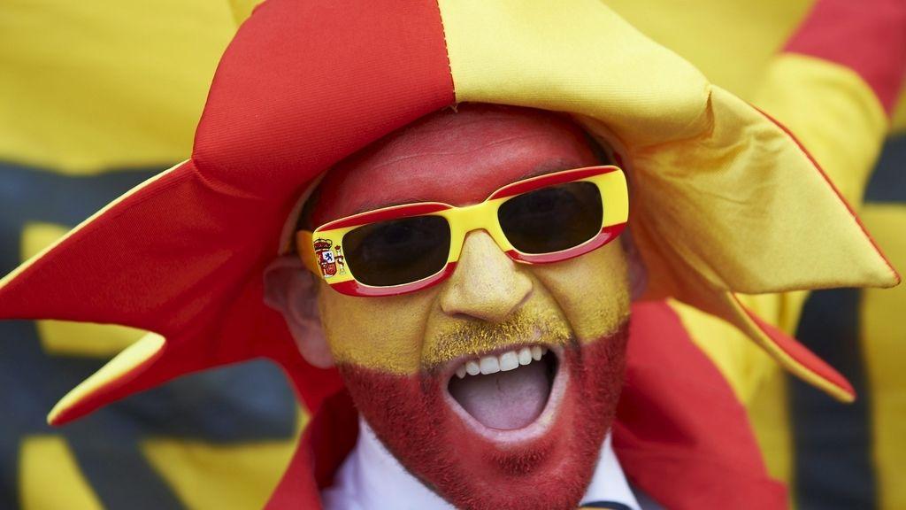 Españoles e italiano tiñen de color las gradas
