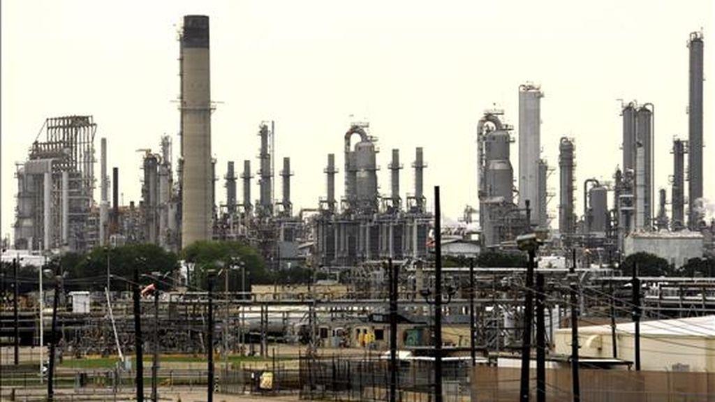 Vista de la refinería de Shell en Baytown, cerca a la bahía de San Jacinto en el puerto de Houston, Texas (EEUU). EFE/Archivo