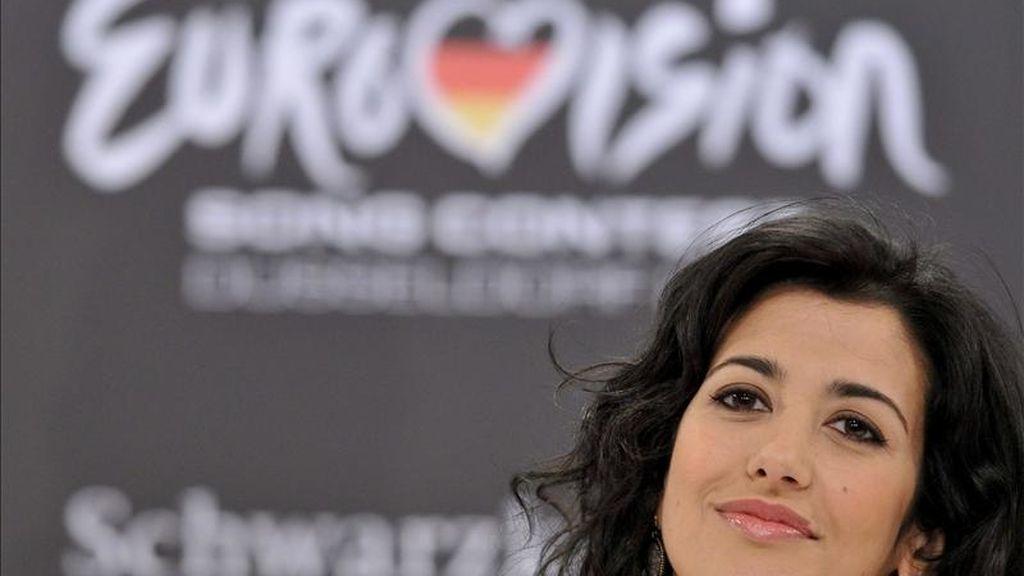 """La representante española Lucia Pérez atiende a los medios durante la rueda de prensa de los """"Big Five"""", países que se clasifican directamente a la final del Festival de Eurovisión, en Düsseldorf, Alemania, ayer 13 de mayo de 2011. EFE"""