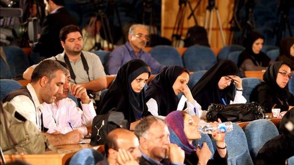 Periodistas iraníes siguen los resultados de las elecciones presidenciales en el ministerio de Interior iraní, en Teherán, Irán, donde, con el 94% de los votos escrutados, el presidente de Irán, Mahmud Ahmadineyad, habría conseguido una sorprendente victoria. EFE
