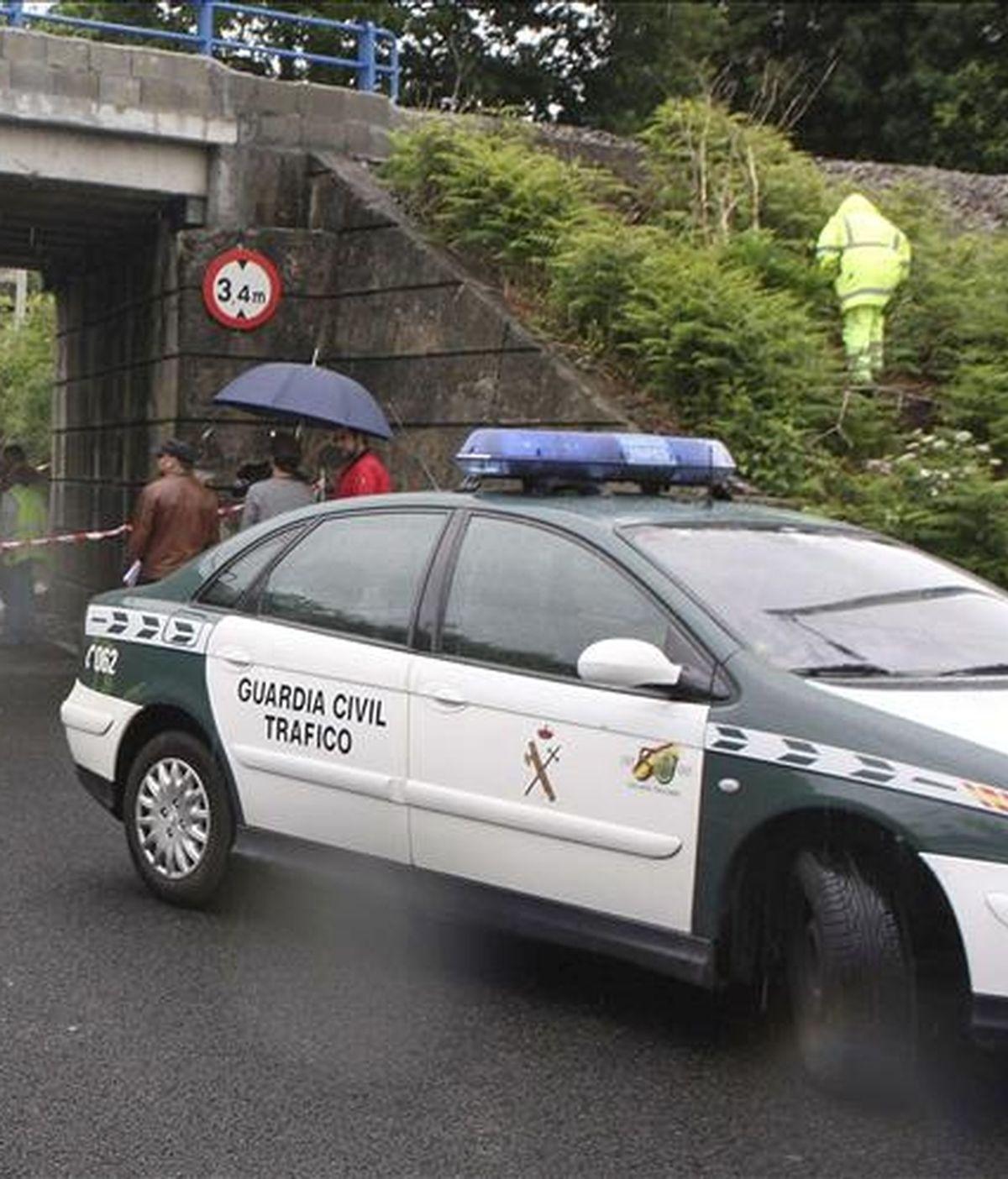 Agentes de la Guardia Civil de Tráfico acordonan una zona durante un operativo por un accidente de tráfico. EFE/Archivo