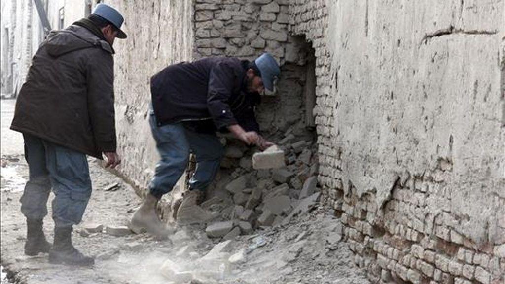 Efectivos de la Policía afgana inspeccionan el lugar de un atentado en Kabul, Afganistán, hoy 4 de enero de 2011. Un policía murió y otras tres personas -un agente y dos civiles- resultaron heridas por la explosión de un artefacto. EFE