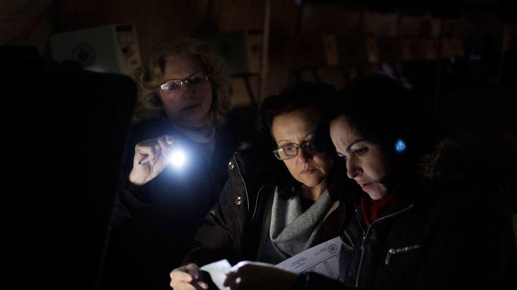 Los encargados de una mesa electoral en un colegio sin luz en Staten Island